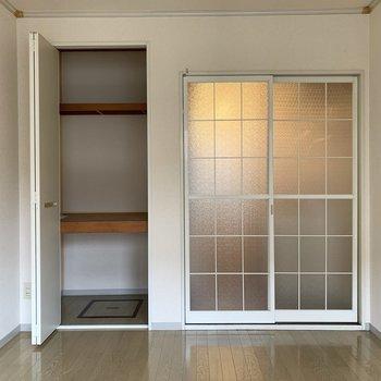 磨りガラスの可愛い引き戸。※写真は1階の同間取り別部屋のものです