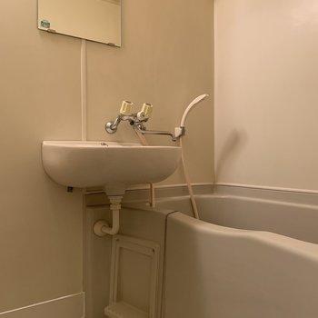 お掃除がしやすい2点ユニット。※写真は1階の同間取り別部屋のものです