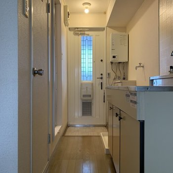 右にキッチン。※写真は1階の同間取り別部屋のものです
