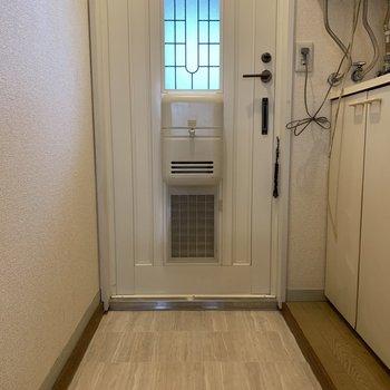 ゆとりのある玄関が嬉しい。※写真は1階の同間取り別部屋のものです