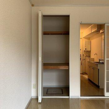 季節家電や布団などが入りそうな収納スペース。※写真は1階の同間取り別部屋のものです