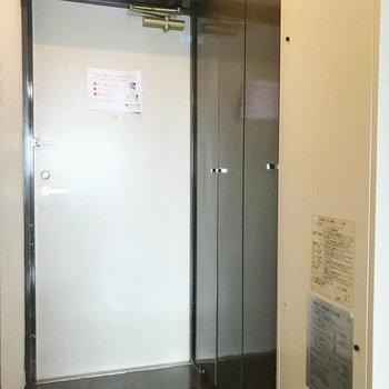 玄関には電気温水器が。結構目立つなぁ。
