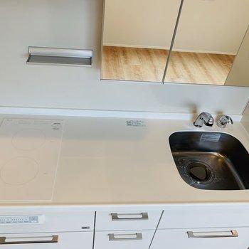 掃除が便利な2口IH。作業スペースも広く、自炊派も嬉しいですね。※写真は前回募集時のものです