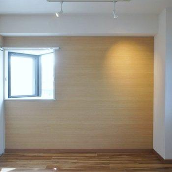 約5.5帖の洋室も小窓が◎