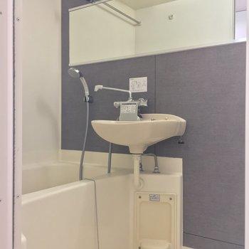 バスルームはキッチン背面から。横長の鏡がいいね!