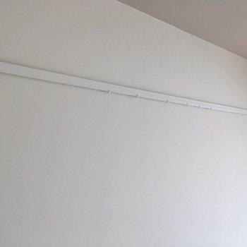 ピクチャーレールもありました!実は天井にアクセントクロスが・・・!