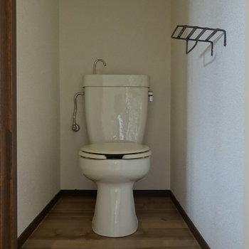 ペーパーホルダーが可愛い雰囲気のトイレです。 ※通電前の写真です