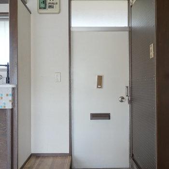 玄関には有孔ボード!お好きに使えますね。※通電前の写真です