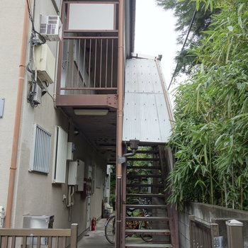 お部屋までは階段を上がって。1階の奥には自転車停められますね。