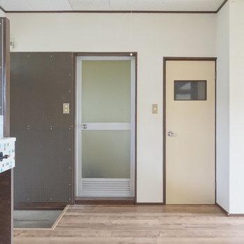 左が浴室、右にトイレです。 ※通電前の写真です