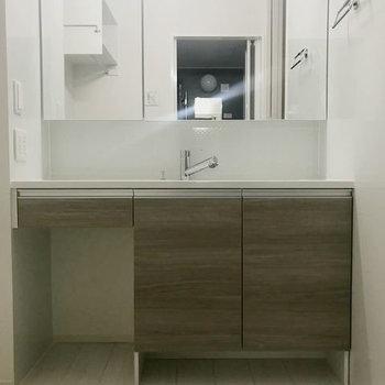 なんと素敵な洗面台!鏡も大きくて身支度しやすそう。