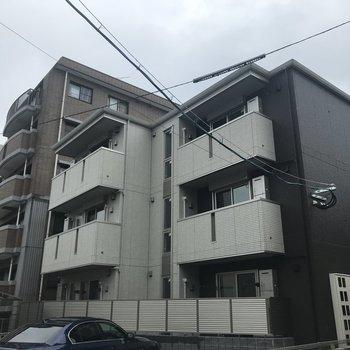 外観もオシャレな新築のマンションです。