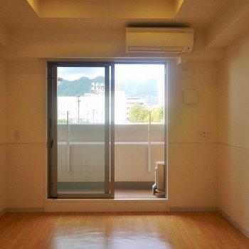 窓から見える神戸の山。※写真は同タイプのもの