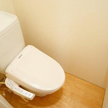 トイレは個室でウォシュレットつき!  ※写真は4階の同間取りのお部屋です。