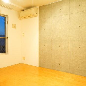 寝室もコンクリの打ちっ放しです! ※写真は4階の同間取りのお部屋です。  ※写真は4階の同間取りのお部屋です。