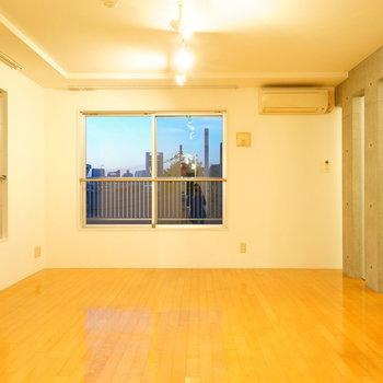 2面採光のゆったりしたリビング♪  ※写真は4階の同間取りのお部屋です。