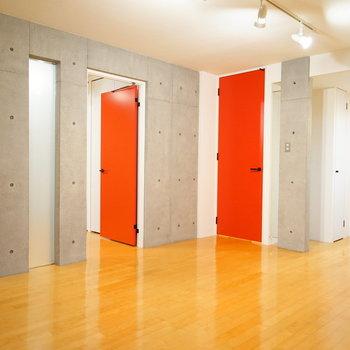 コンクリ打ちっ放しと真っ赤な扉♪建具もおしゃれ!  ※写真は4階の同間取りのお部屋です。