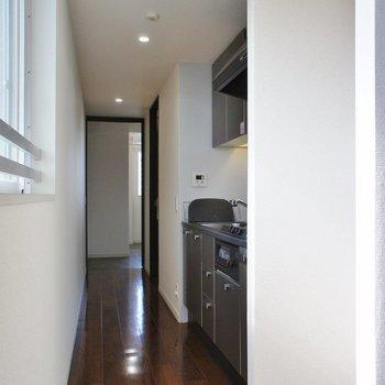 廊下に行くと、※7階別部屋同間取りの写真です。