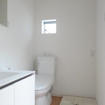 トイレの上に小窓※写真は同階の反転間取りの別部屋
