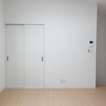 ホワイト基調の内装※写真は同階の反転間取りの別部屋