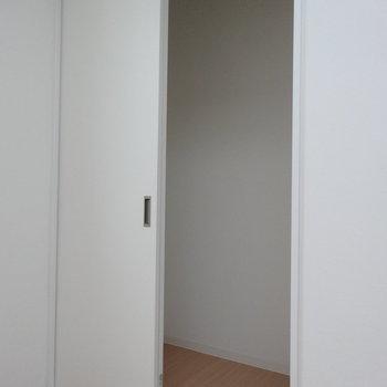 収納ありますよ※写真は同階の反転間取りの別部屋