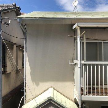 キッチンの横の窓からの眺望。2階なのでしょうがないですね。