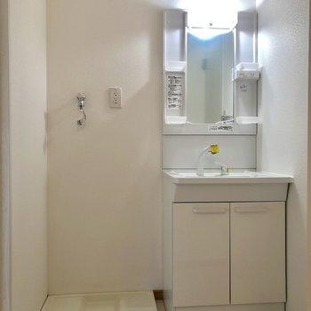 使いやすそうな洗面台。洗濯機置き場もあります。