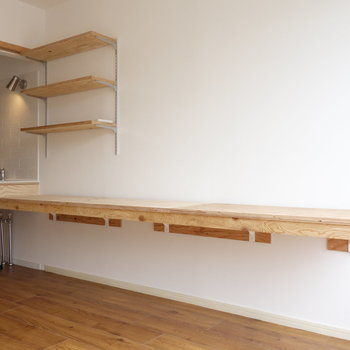 こちらの棚はキッチンまで続いており、作業机&収納に使えますね。