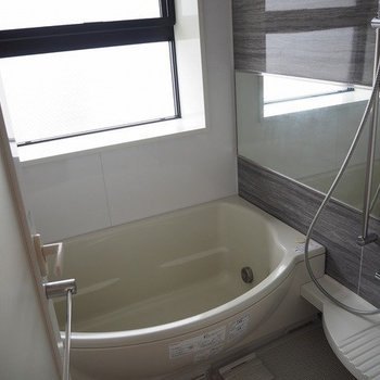 窓が大きいお風呂です。※写真は13階別部屋反転間取りです。