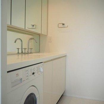洗面台はとても広いです。※写真は13階別部屋反転間取りです。