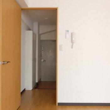 こっちは玄関へ※写真は9階の似た間取り別部屋のものです