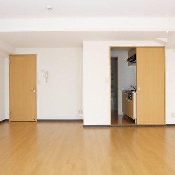 引き戸の奥はキッチンとサニタリー※写真は9階の似た間取り別部屋のものです