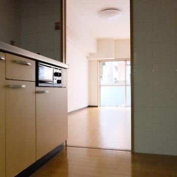 背面に冷蔵庫ですねっ※写真は9階の似た間取り別部屋のものです