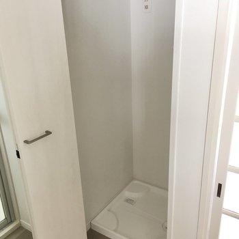 右側に洗濯機置き場。扉付きで、生活感を隠せます。