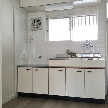 キッチンには窓もあって換気もできますね。(※写真の小物は見本です)