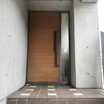 木の扉の入り口、おっしゃれ~!