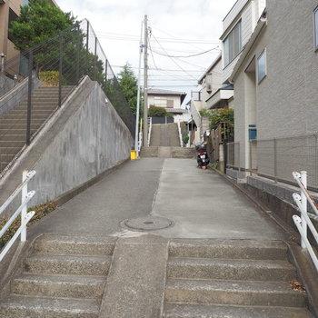 駅からは階段を登ります。