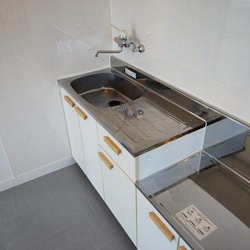 【イメージ】キッチンには白のシート張りと取手を交換◎