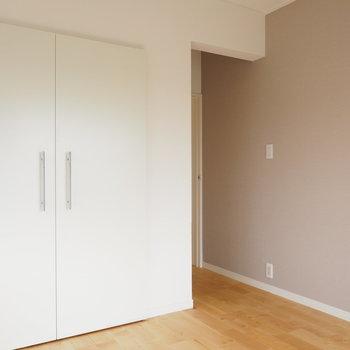 大きな収納に、壁紙はブラウンです。