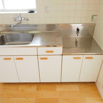 キッチンは既存ですが、白シートと木製取っ手でナチュラルに◎
