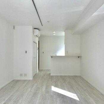 白い空間なからできる光と影のコントラストが気持ちいいです。※写真は1階の反転間取り別部屋のものです。