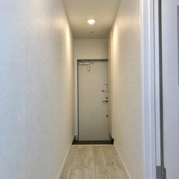 2人でも十分に通れる廊下。※写真は1階の反転間取り別部屋のものです。