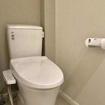 圧迫感のないトイレ。清潔感は十分。※写真は1階の反転間取り別部屋のものです。