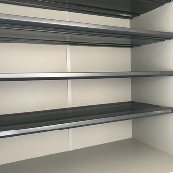 こちらは下駄箱の上部。※写真は1階の反転間取り別部屋のものです。
