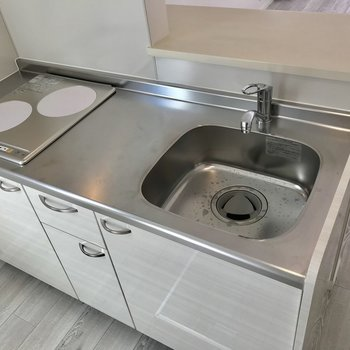 調理場スペースもありも2口コンロとキッチンは充実。※写真は1階の反転間取り別部屋のものです。