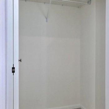 クローゼットも大容量。天井までの奥行きがありました。※写真は1階の反転間取り別部屋のものです。