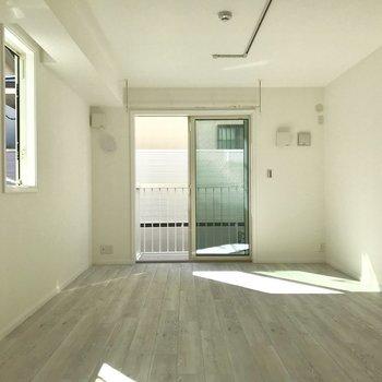日当たりも良好。※写真は1階の反転間取り別部屋のものです。今回募集のお部屋は左側の窓がありません。