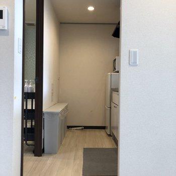 キッチン後ろのスペースゆったり確保。※家具は残置物です(撤去も可能)※クリーニング前です