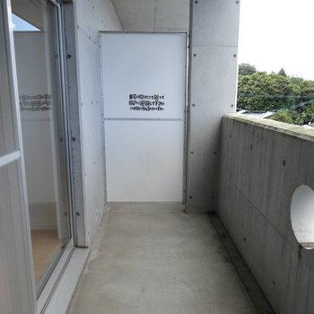 こちらは2階のバルコニー。広いですね。※写真は別室です