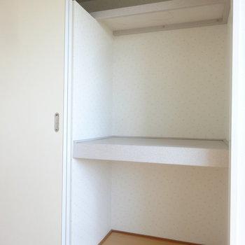 反対側は棚付きタイプ。こちらもゆとりの収納力。※写真は別室です